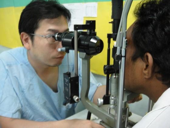 誠実さあふれる吉田先生の診療に現地の多くの人々が魅了された。